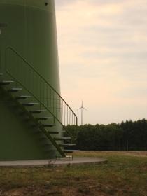 Treppe und Fundament einer Windkraft-Anlage